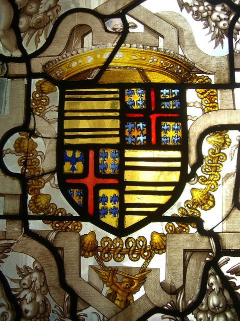 Armoiries (écartelées ? et Montmorency) avec le collier de l'ordre de Saint-Michel, vitrail au château de Chantilly (60) -- Photo par Yvette Gauthier.
