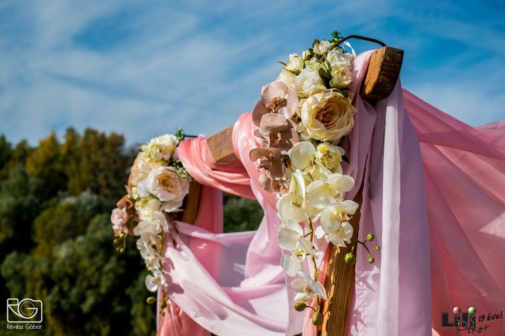 Mert van akinek egy vízparti esküvőn is romantikus dekoráció az álma. Nekik itt egy rózsaszín dekoráció.