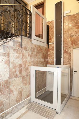 El elevador vertical VECTIO, diseñado para superar barreras arquitectónicas mediante desplazamiento vertical, facilita a las personas con dificultades para moverse o con discapacidades motrices, el acceso a instalaciones de manera fácil y segura.