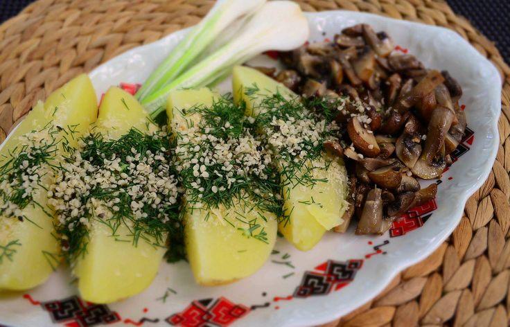 Cina simpla, rapida si gustoasa :) - cartofi fierti cu drojdie inactiva, marar si seminte de canepa - ciuperci brune trase la tigaie - ceapa verde din gradina ❤️