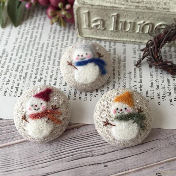 ・ 羊毛フェルトでの 雪だるま3兄弟⛄️⛄️⛄️出来上がりました✨ ・ 準備が整い次第、 minneに出品いたしますので、 ご興味おありの方は、覗いてみて下さいね ・ #minne #ミンネ #ハンドメイド #handmadeaccessory #handmade #刺繍ブローチ #刺繍 #embroidery #needlework #リネン #ナチュラル #プロフ見てミンネ #羊毛フェルト #雪だるま