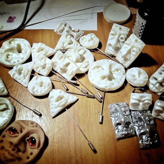 Отшлифованные заготовки 🌚 следующий этап - покраска 🎨и в конце самое приятное - упаковка 📦😎 And here is a few faces waiting to be coloured 🌝 #orsoface #orsinhaface #brooch #brooches #ring #rings💍 #rings #handmadegifts #workinprocess #workinprogress #blank #white #facetime #facetoface #face #handcrafted #handcraft #bymyhand #myart #лица #брошь #заготовка #работавпроцессе #работаврадость