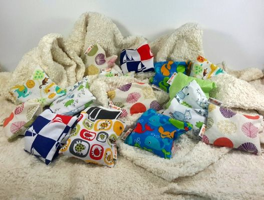 Körnerkissen mit Dinkelkernen oder Rapssamen gefüllt, als Wärme- oder Kältkissen einsetzbar