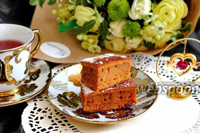 Печём карамельный пирог  Карамельный пирог, его оригинальное название «Пчелиные соты», является традиционным малайзийским десертом. Основа пирога бисквитная, имеющая оригинальный соблазнительный карамельный вкус и, главное, — текстуру, которая и привлекла моё внимание. Текстура полностью соответствует названию — соты и есть соты. Пирог имеет коричнево-шоколадный цвет, а вкус — с нотками карамели, поэтому его и называют «карамельный пирог».  Текстура в виде сот получается сама, на срезе…