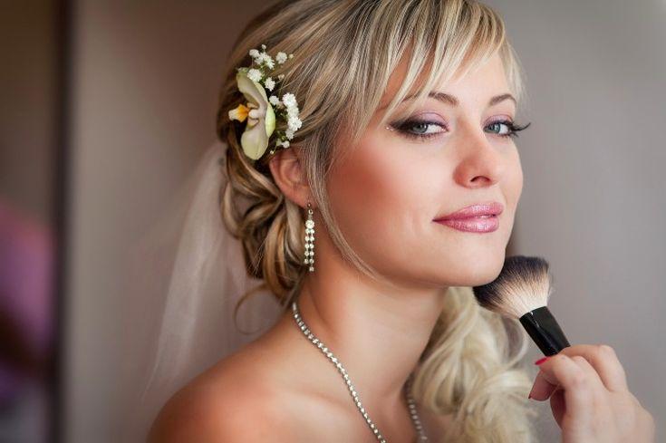 maquillage mariée -fard à paupières rose clair, eye-liner noir et rouge à lèvres rose