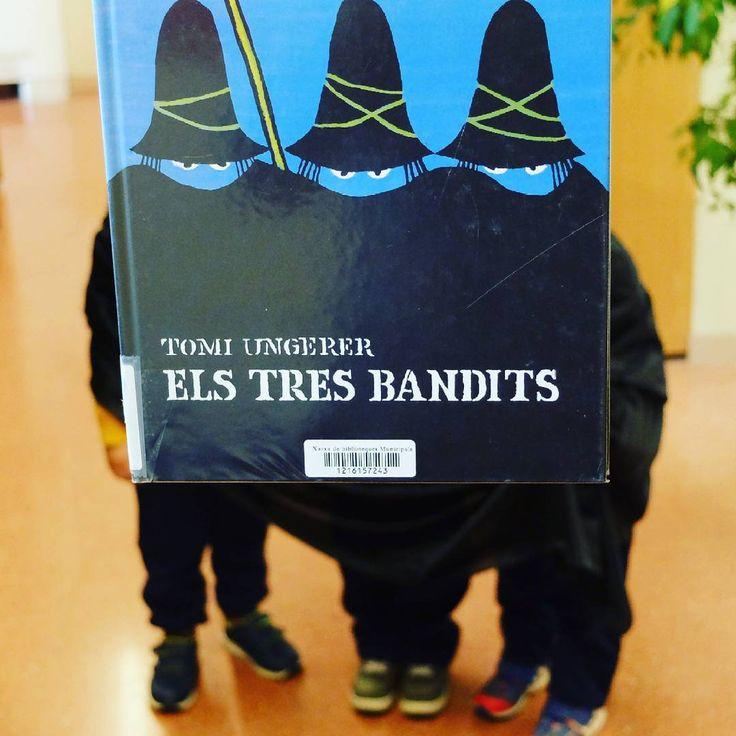 """103 Me gusta, 2 comentarios - PetitsLlibres (@petitsllibres) en Instagram: """"A la Biblioteca hem topat amb uns bandits! #bookfacefriday #bibpalleja #petitsllibres #petitsllobs…"""""""