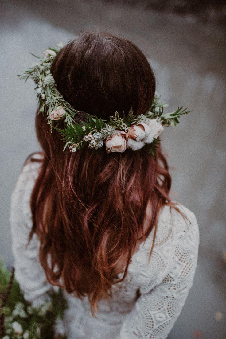 wedding session in the forest / floral crown / wedding dress lace / autumn forest / jesienna sesja ślubna w lesie / jesień / sesja ślubna / las / fot. Kamila Piech