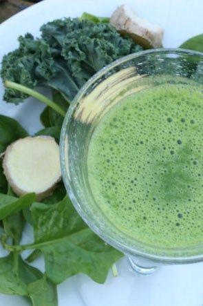 En riktigt grön smoothie att göra nu när grönkålen är i säsong. Blir allra bäst med fryst banan, för då blir den härligt kall. Har man inte någon fryst banan kan man slänga i ett par isbitar iställ…