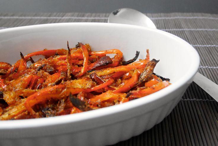 I peperoni panati al forno sono un contorno semplice e sfizioso.