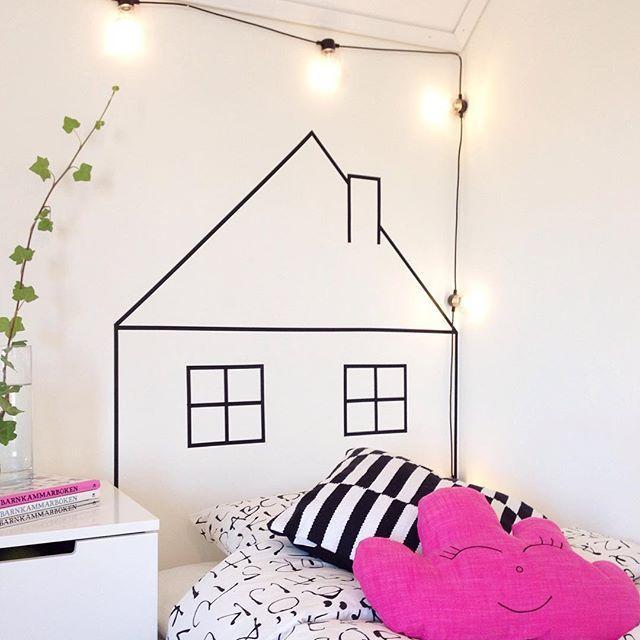 När vi flyttade till huset så fick storasyster sin första riktiga säng! Jag tyckte dock att det kändes lite kalt utan sänggavel, så medans jag gick och väntade på att hennes lillasyster skulle busa klart i magen, fixade jag en egen sänggavel av washitejp, ett litet hus! #diy #sänggavel #barnrum #hus #washitape #homebysofie