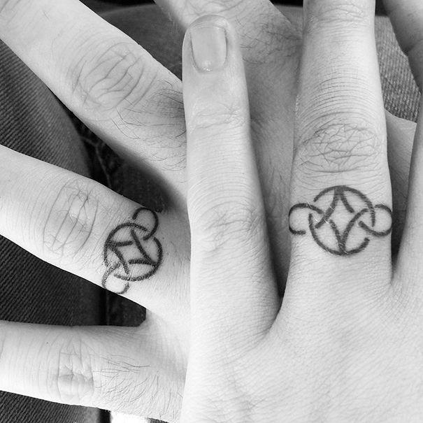 Les 25 meilleures id es concernant tatouages d 39 alliances sur pinterest bande de tatouage de - Tatouage couple original ...