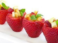 Fresas rellenas de fruta en Recetas de comidas para fiestas de bebés, niños y adultos, como cenas y celebraciones de aniversarios y cumpleaños