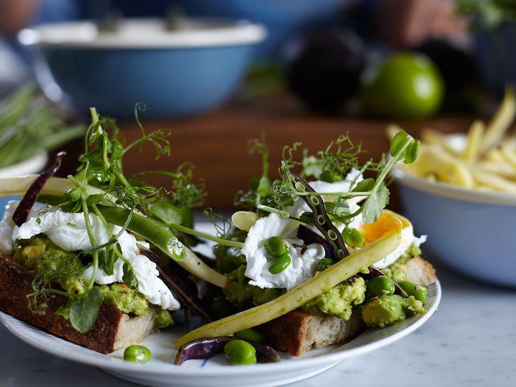 Toast på grillad avokado med krispig bönsallad och pocherat ägg   Recept från Köket.se