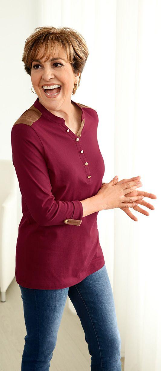 Man sieht es ihr einfach an: Paola Felix fühlt sich rundum wohl in ihrem Shirt mit 3/4-Ärmeln. Das schlichte Baumwolltop in Bordeaux ist mit schönen Details in Velour und Gold geschmückt und erhält so das besondere Etwas.