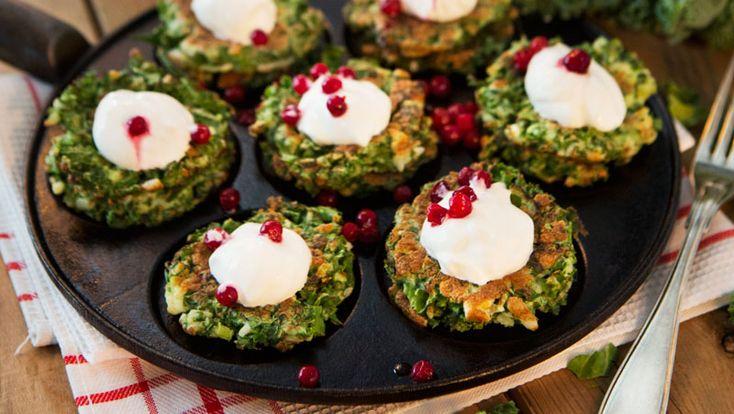 Recept på läckra plättar med grönkål och halloumi! Toppa med några lingon och en klick crème fraiche.
