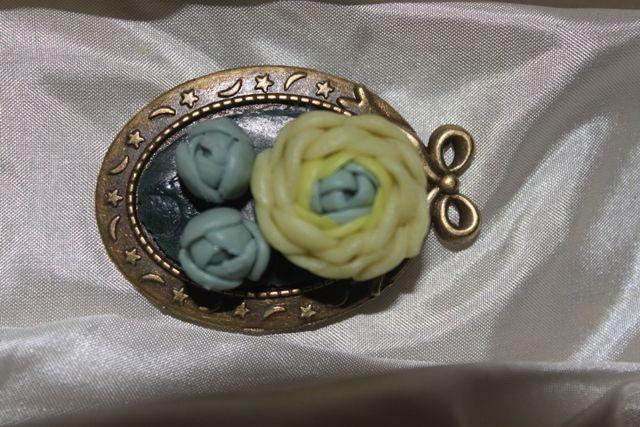 Bijuterii handmade din portelan: 62.Brosa cu flori din portlan rece lucrata handmade,pret 25 ron+taxa de transport.
