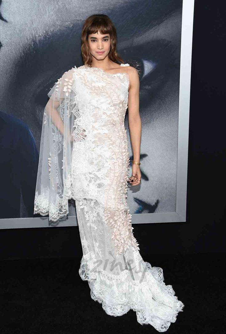 """Tom Cruise posó feliz sobre la alfombra roja en el estreno de """"La momia"""" en Nueva York, junto a sus dos bellas compañeras de reparto, Annabelle Wallis y Sofia Boutella."""