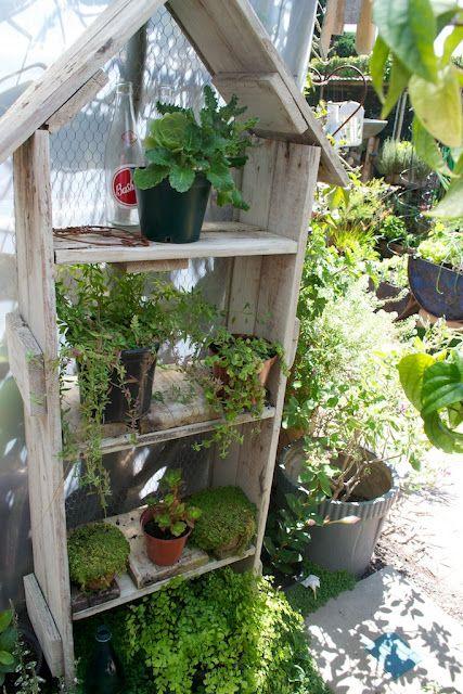 Cute shelving made from reclaimed wood: Gardens Ideas, Gardens Details, Gardens Creations, Plants Outdoor, Gardens Shelves, Gardens Flowers Birdhouses, Wood Shelves, Gardens Junk, Fantasy Gardens