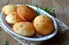 Focaccine di patate al rosmarino, nate da un impasto lievitato a base di patate, fritte e condite semplicemente con sale e rosmarino, molto facili.
