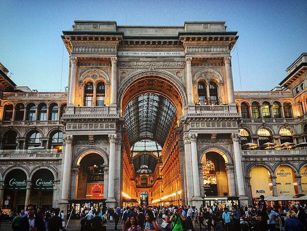 Milano, Piazza Duomo, ingresso trionfale alla Galleria Vittorio Emanuele.