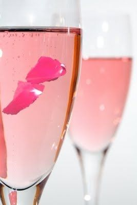 19. A creative coctail - rosé champagn with rose petals #modcloth #wedding