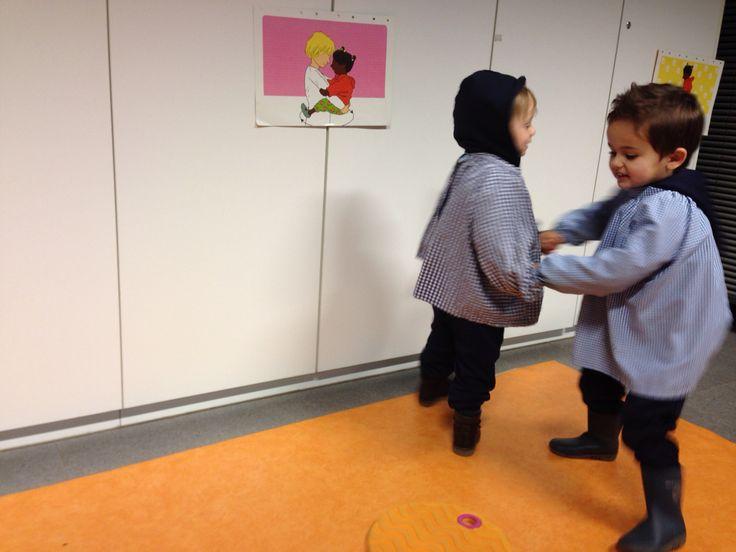 Peuterschrijfdans: thema 3: pannenkoeken: dans een rondje rond de pannenkoek op de grond