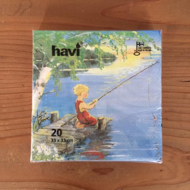 havi(ハヴィ)のペーパーナプキンです。釣りをしている少女が色鮮やかに描かれています。haviは主にキャンドルやペーパーナプキンなどの家庭用品をつくっているフィンランドのメーカーで、なかでもペーパーナプキンは種類が豊富で、フィンランドのスーパーなどでは必ずと言っていいほどよく見かけます。テーブルコーディネート以外にもデコパージュやラッピングの材料としてもオススメです。