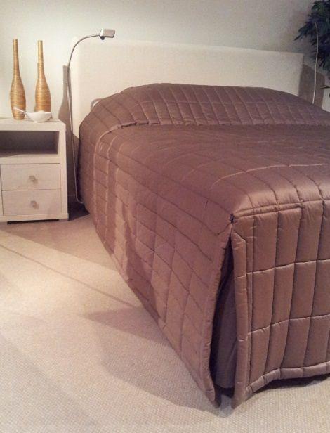 Chris Mesdagh sprei satijn voor bed, 180 x 200cm., bladmaat,bedhoogte 55 cm. kleur , taupe   Slaapkamers, bedtextiel, sierkussens en accessoires  www.theobot.nl  Zwaag / Hoorn