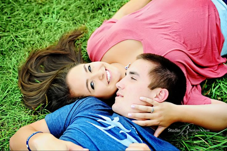 Girl-senior-pictures-with-her-boyfriend-in-the-fields-of-Issaquah