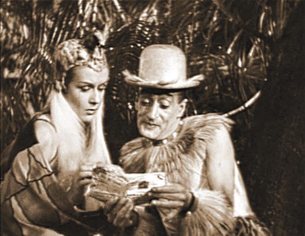 """L'Almanacco Barbanera in mano al Principe della risata! È il #film di Giorgio Simonelli del 1943 """"Totò nella fossa dei Leoni"""", in cui la previsione di un'eclisse di sole trovata nel Barbanera, salva la vita ai protagonisti."""