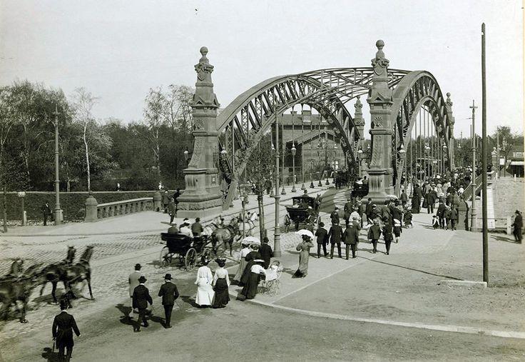 1895-1897 Richarda Plüddeman zaprojektował nowy most. Jest to oparta na granitowych przyczółkach stalową jednoprzęsłowa konstrukcja kratownicowa złożona z dwóch równoległych stalowych łuków kratowych ustawionych w odległości 12,5 m. Do łuków podwieszono pomost długości 60,6 m.