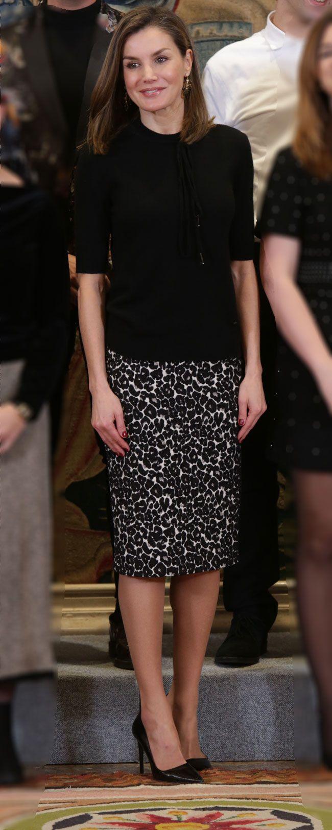 La Reina entrega un premio a la artista Victoria Civera con un look en negro y con un puntito animal gracias a su falda de leopardo de Roberto Verino.