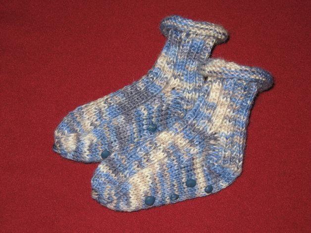 Diese Söckchen sind aus strapazierfähiger waschmaschinenfester Wolle gestrickt und mit sock-stop-Punkten versehen. Sie sind für Jungen und Mädchen gleichermaßen geeignet.  Waschmaschinengeeiget.