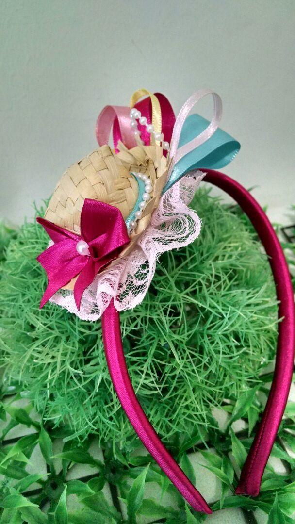 Tiara forrada com cetim, detalhes em renda e aplicação de um mini chapéu de palha e fitas de cetim    Podemos personalizar de acordo com as cores do vestido.    Medida do enfeite: 8cm