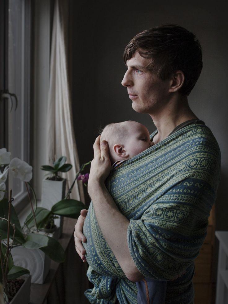 """Göran Sevelin, 27 años: """"El fular portabebé es un sustituto de la cercanía entre madre e hijo durante la lactancia. Mi hija se siente muy segura"""