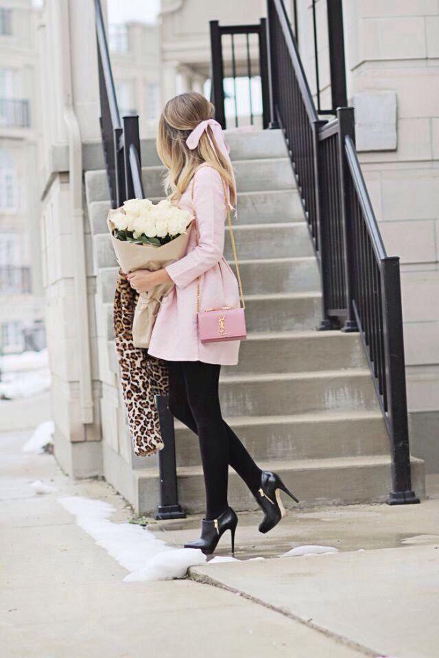 Un estupendo look aplicable a la Primavera que aún está fresquita con el abrigo en rosa que le da un toque Encantador