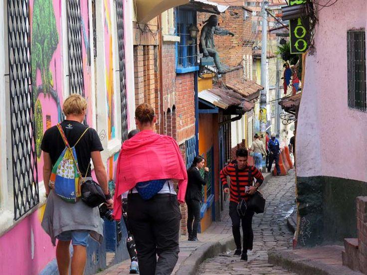 15. Otra famosa y angosta calle es el Callejón del Embudo. Un colorido camino en piedra con casas y murales a lado y lado.