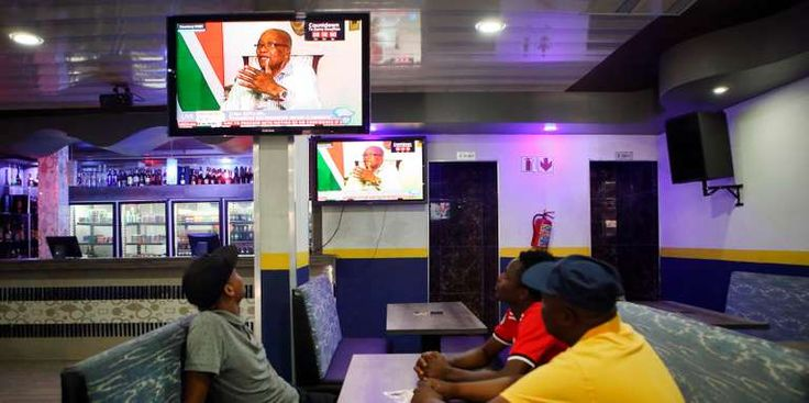 """Sur le point dêtre démis Jacob Zuma menace lAfrique du Sud en direct - Voilà une interview. En réalité un étrange monologue face à un journaliste emprunté et écrasé par les circonstances qui restera dans les annales de la télévision sud-africaine. - http://ift.tt/2EDM3Eu - \""""lemonde a la une\"""" ifttt le monde.fr - actualités  - February 14 2018 at 06:09AM"""