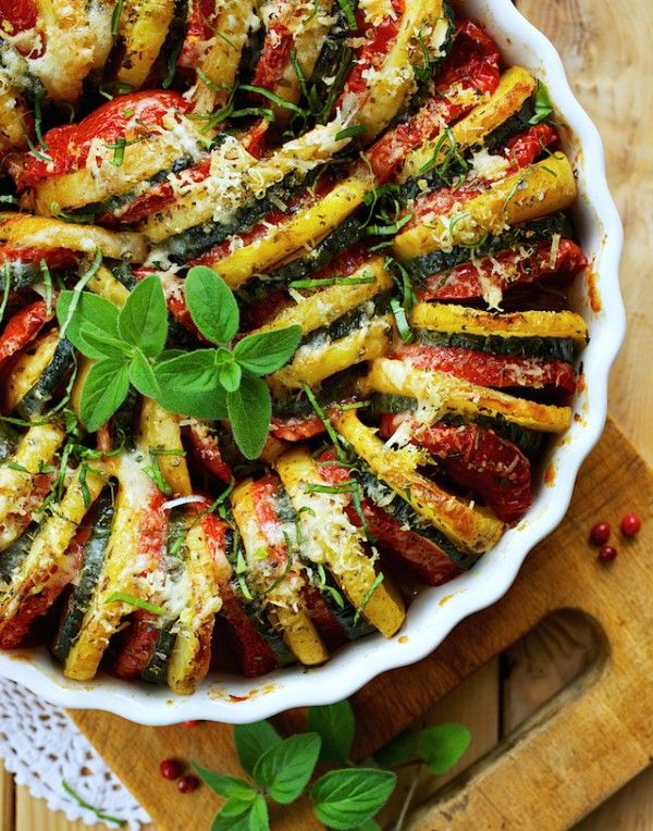 Salé - Tian de légumes pour 6 : 2 courgettes * 5 tomates * 5/6 pommes de terre moyennes * 2 gousses d'ail * 5 càs de parmesan * huile d'olive * herbes de Provence * 1 filet de crème fraîche * 1 pincée de sel & poivre. Recette sur le site.