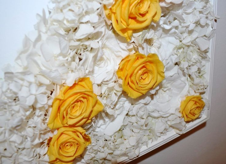 Melody Frame: real stabilized yellow rosebuds white gardenias and white hydrangeas. Discover the other side of Melody on LinfaDecor website.  #roses #rose #flowers #greenwall #gardenia #hydrangea #white #orange #yellow #fiori #ortensia #frame #quadro #flowerdesign #interior #home #composition #linfadecor