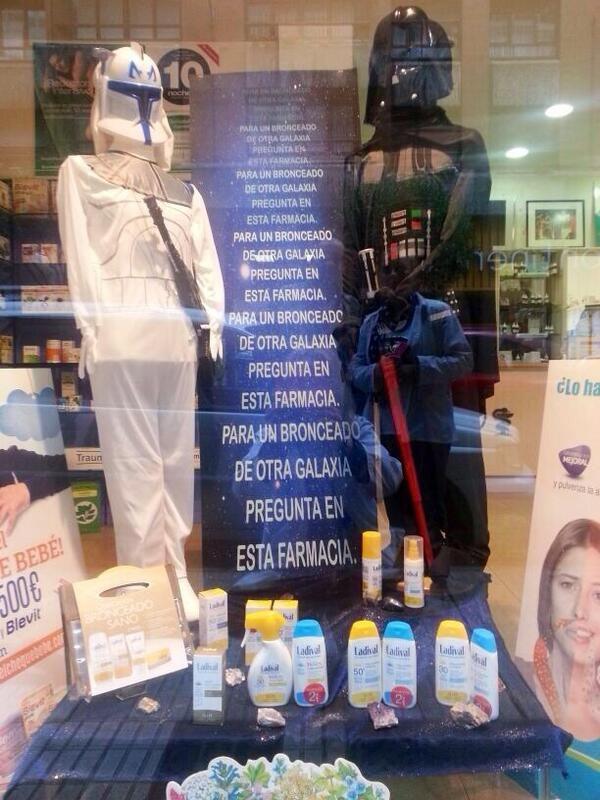 Un bronceado galáctico en el escaparate de la farmacia @farmanuriasg con Ladival