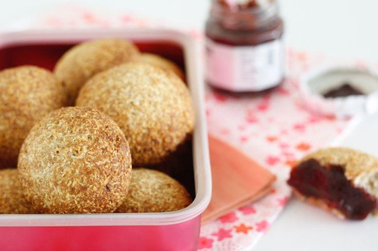 Kwarkbollen, al eens tegen gekomen in de (online) foodwereld? Ze zijn op dit moment best hot. Kwarkbollen maak je met kwark, uh. En daarbij hebben we deze varia