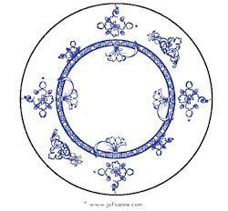 Leg 10 borden in de kring en verzin een verhaaltje dat je visite krijgt en je wilt de tafel dekken. Zorg voor bekers en bestek en laat de kinderen opdrachten vervullen. Zet de rode beker bij het vierde bord. Afhankelijk van het niveau kun je de opdrachten moeilijker maken. Leg het blauwe mes aan de rechterkant van het laatste bord.