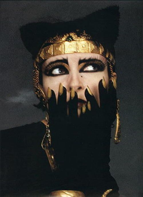 I used to hang this Siouxsie poster on my wall when I was in college back in the day. Gorgeous.