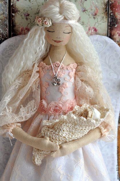 Купить или заказать Все мамы - Ангелы! в интернет-магазине на Ярмарке Мастеров. Моя любимая Ангелица с младенцем на руках! Эта кукла оберег для той мамы, у которой только родился малыш или кукла - надежда для той, что только пока мечтает стать мамой! Вчера я получила очередное письмо от покупательницы, которая год назад брала подобных ангелочков для себя и подруги. Вчера она сообщила, что у обеих недавно родились сыновья! Это известие меня вдохновило…
