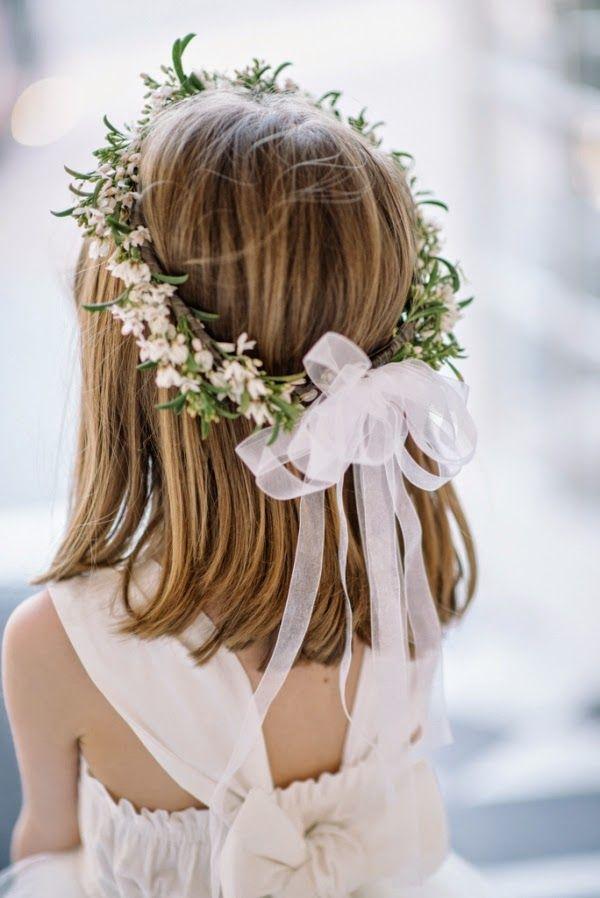 Corona de flores con lazo, ideal para pajes o arras. #coronadeflores #peinadosniña