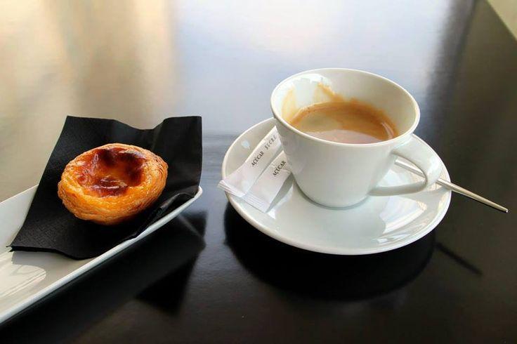 Delicie-se com o tão tradicional Pastel de Nata português acompanhado por uma bica.