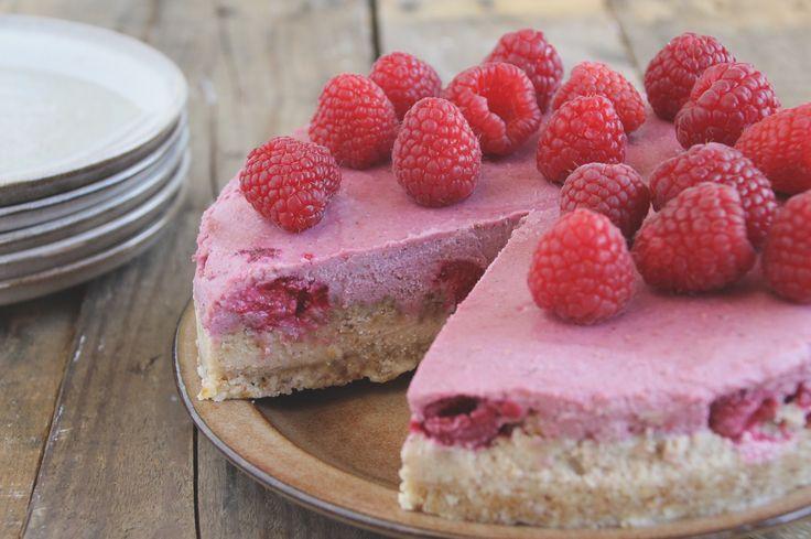 Deze raw cheesecake met frambozen is glutenvrij, zuivelvrij en gezoet met honing. Mocht je de keuken in willen duiken, hierbij het recept!