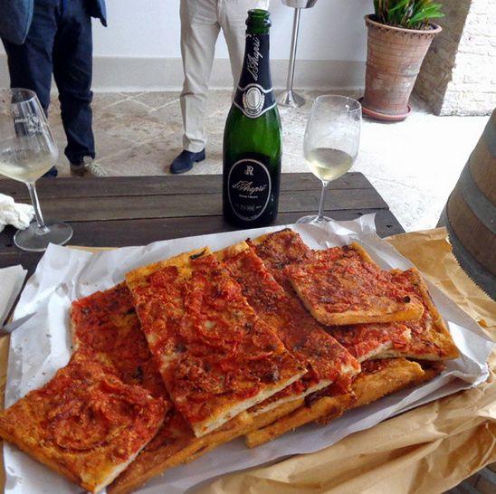 #colazione di metà mattina con #pizza al pomodoro cotta al #fornoalegna e #dArapri #pasdosè #sparkingwine #metodoclassico #bollicine di #puglia #simplefood #italianstyle #italianwine #wine #spumante #vino #enjoywine #slowwine #slowfood #darapristyle