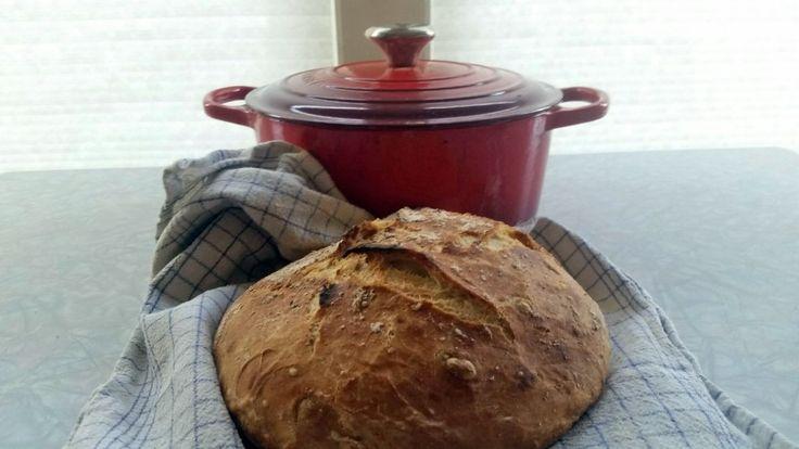 Kjærlighet og god tid er viktig for det gode brødet, sier kokk Renee Fagerhøi. Grytebrødet er eltefritt og skal heve i tolv timer. Det stekes i jerngryte på sterk varme.